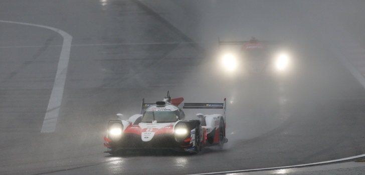 El Toyota de Alonso rueda bajo la intensa lluvia