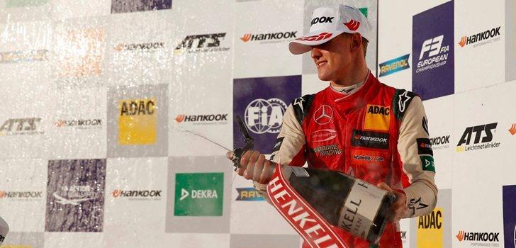 Mick Schumacher subido al podio