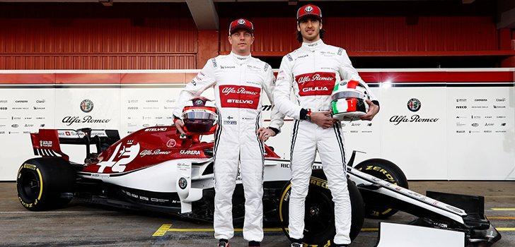 Kimi Räikkönen y Antonio Giovinazzi posan ante el C38