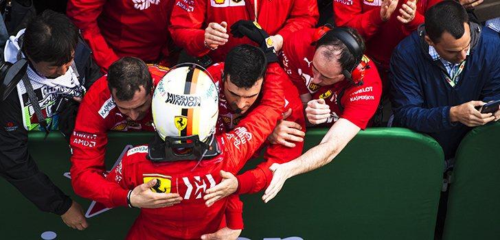 Seb se abraza a sus mecánicos tras el GP de China