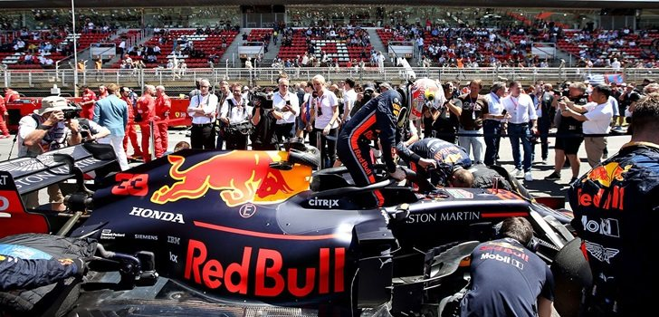 Verstappen se baja del coche en Barcelona