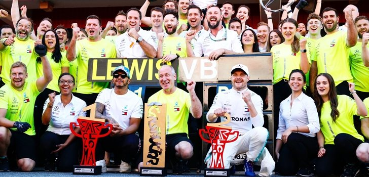 Mercedes celebra su triunfo en Montmeló