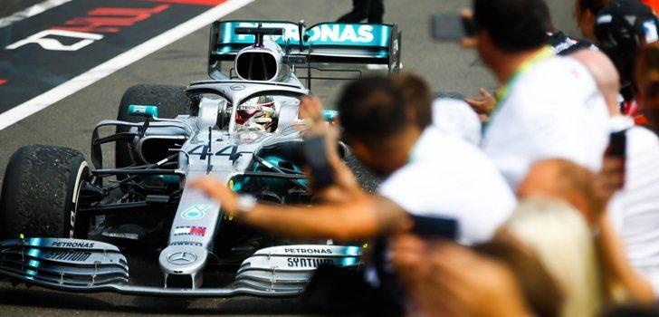 Los ingenieros de Mercedes vitorean a Hamilton tras su triunfo
