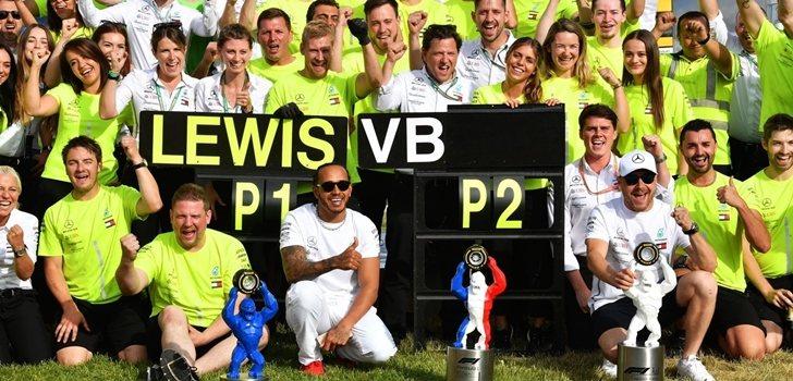 El equipo Mercedes celebra su triunfo en Francia