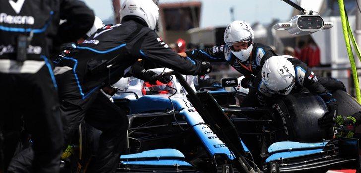 Los mecánicos de Williams cambian las ruedas de Kubica