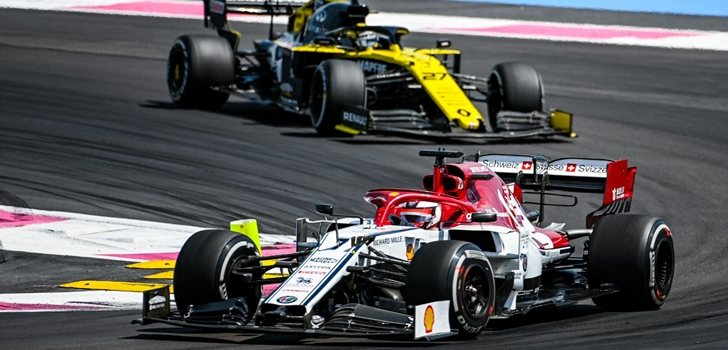 Räikkönen se defiende de Hülkenberg en Francia