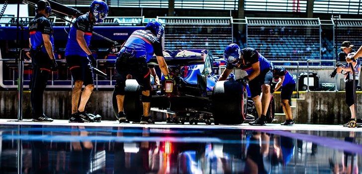 Los mecánicos de Toro Rosso trabajan en el monoplaza