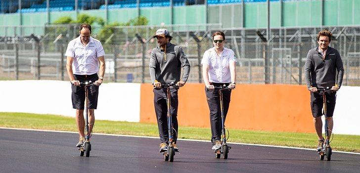 Sainz se pasea por el circuito de Silverstone