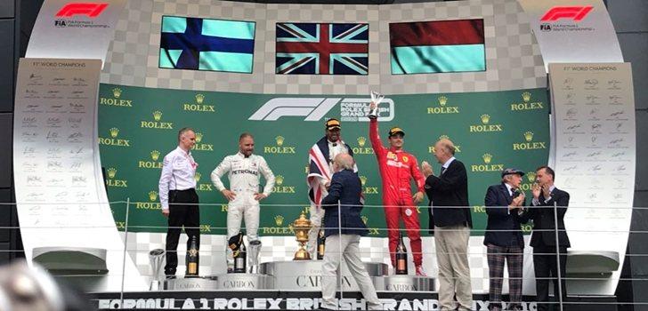 Leclerc muestra su trofeo en el podio de Silverstone