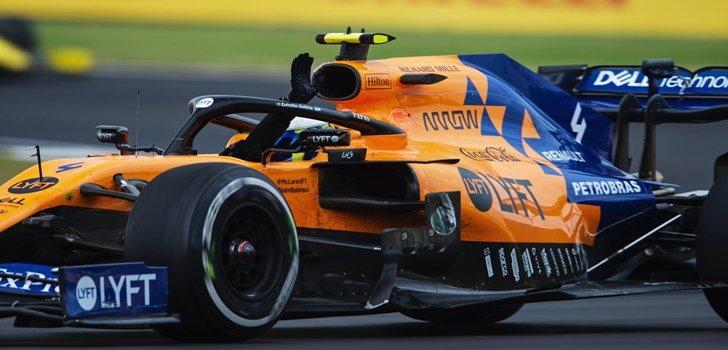 Norris saluda a la afición en Silverstone