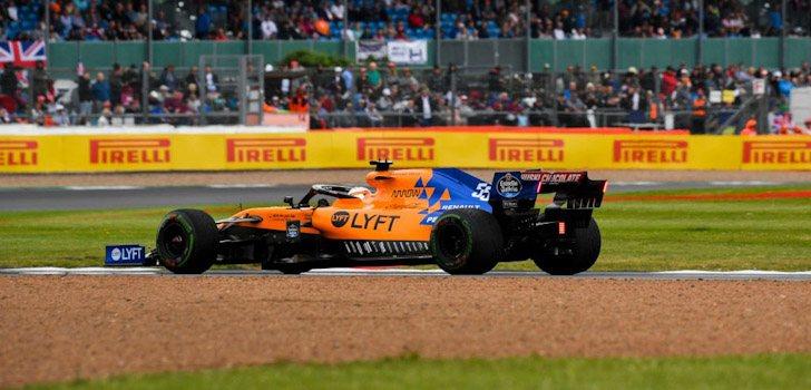 Carlos Sainz pilotando su MCL34 en Silverstone