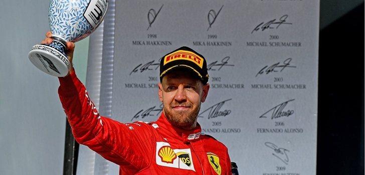 Sebastian Vettel muestra su trofeo en el podio de Hungría