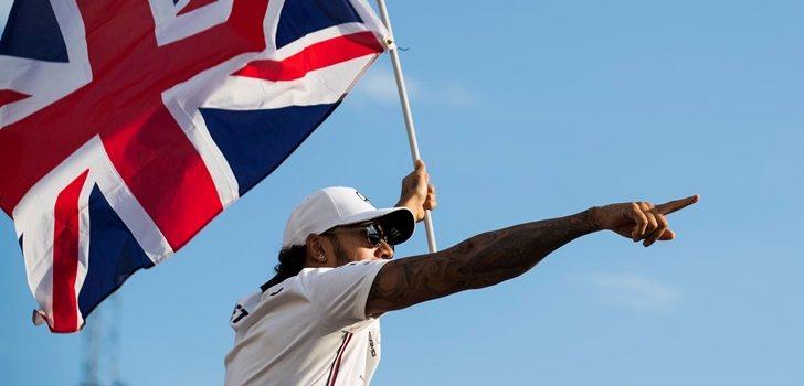 Hamilton ondea la bandera de Gran Bretaña