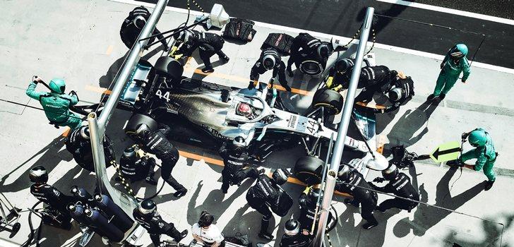 Los mecánicos de Mercedes cambian las ruedas a Hamilton