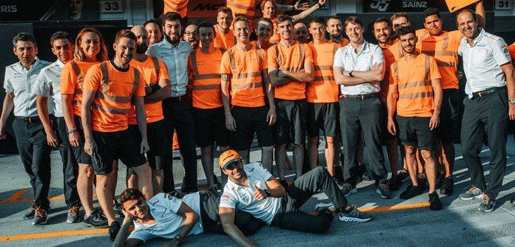 Sainz y Norris junto al personal de McLaren