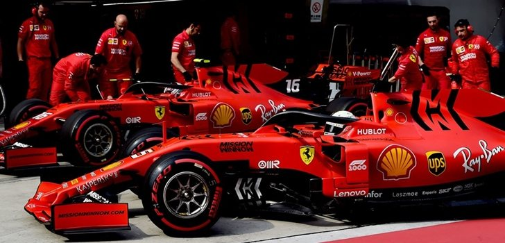 Vettel y Leclerc, en el pit lane de Hungría