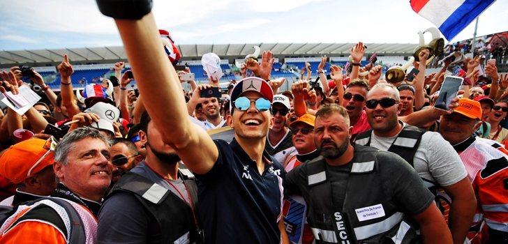Esteban Ocon se fotografía junto a sus aficionados
