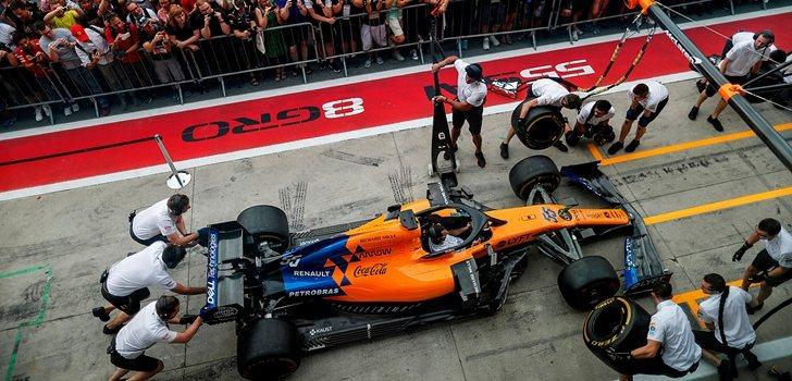 Los mecánicos de McLaren empujan el monoplaza de Sainz en Monza
