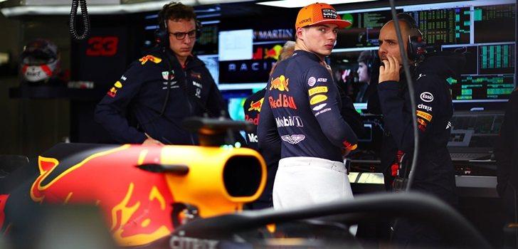 Max Verstappen trabaja junto a su equipo de ingenieros