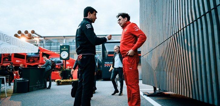 Toto Wolff mantiene una conversación con Mattia Binotto