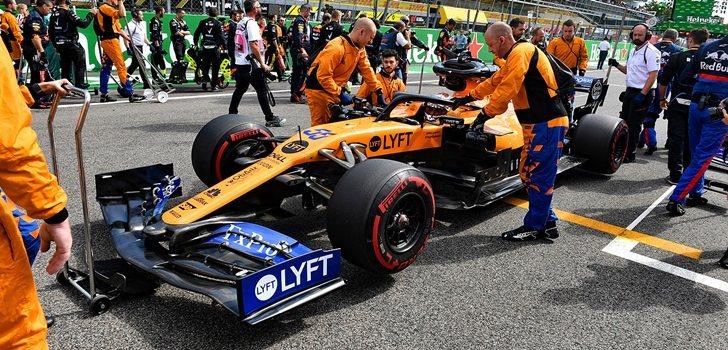 Los mecánicos de McLaren empujan el MCL34 de Sainz