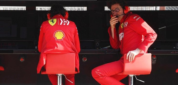 Mattia Binotto, concentrado en el muro de Ferrari