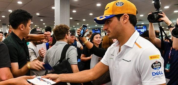 Sainz firma autógrafos a los aficionados en Singapur