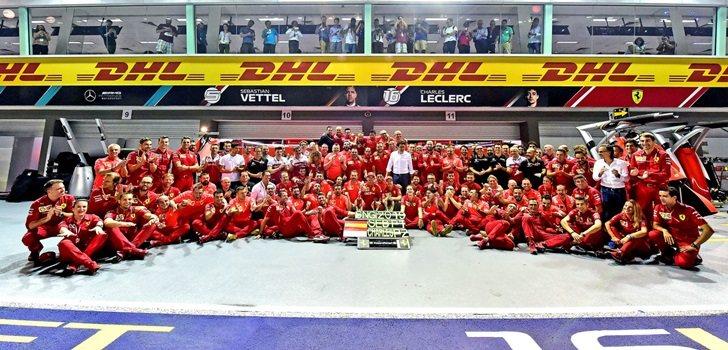 El equipo Ferrari celebra su doblete en Singapur