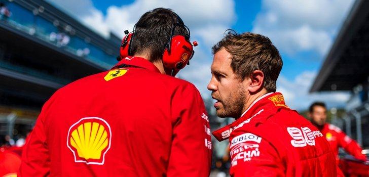 Vettel habla con uno de sus ingenieros en Sochi