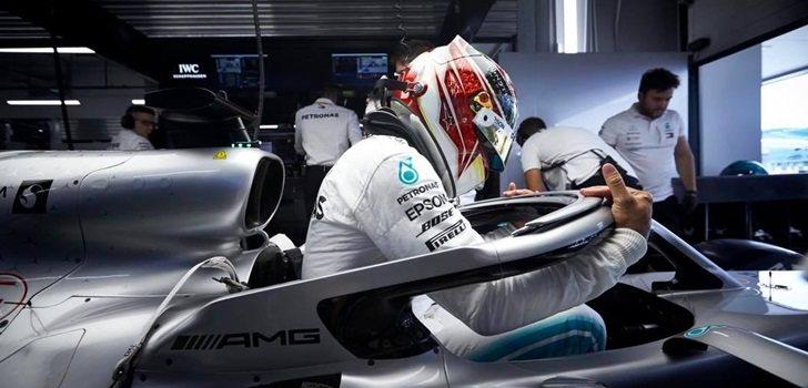 Lewis Hamilton se sube al W10 en Suzuka