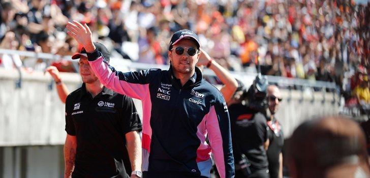 Sergio Pérez saluda a la afición en Suzuka