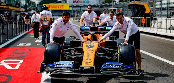 Los mecánicos de McLaren empujan el coche de Sainz