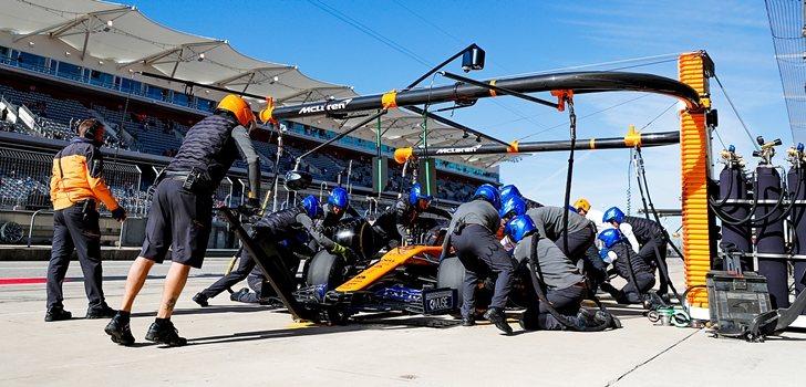 Carlos Sainz, en el pit lane de Austin