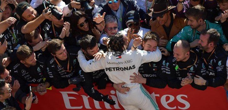 Lewis Hamilton celebra el sexto título junto a sus mecánicos