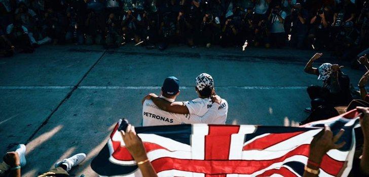 Bottas y Hamilton celebran el título ante los medios