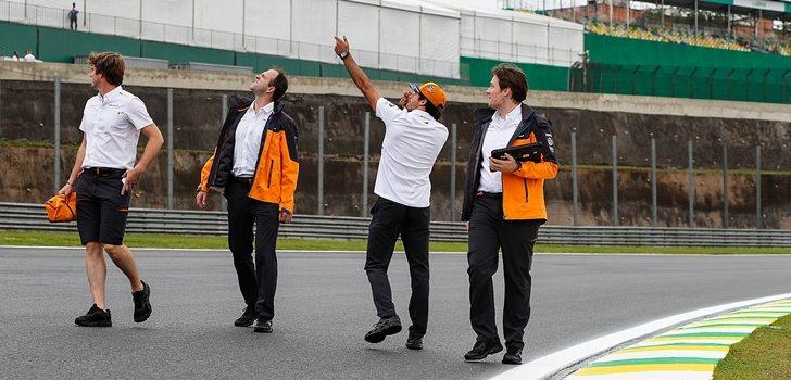 Sainz pasea por Interlagos junto a sus ingenieros