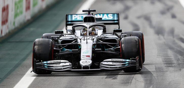 Hamilton, en el pit lane de Interlagos