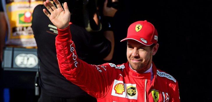 Vettel saluda a la afición presente en Interlagos