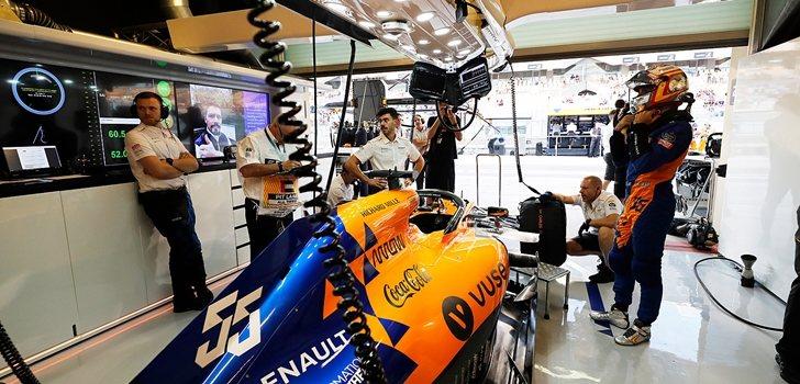 Carlos Sainz, concentrado en su garaje
