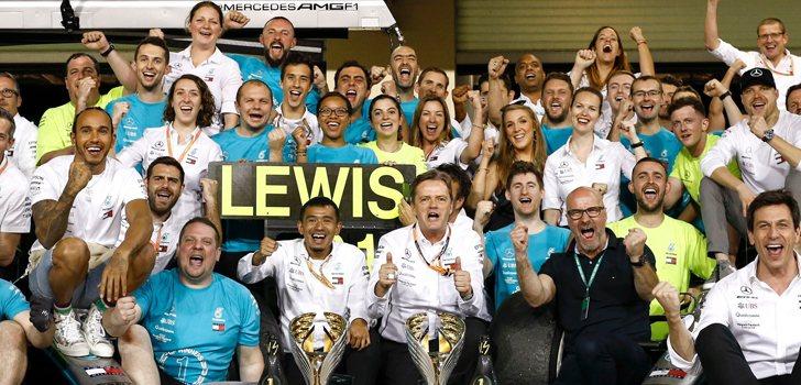 El equipo Mercedes, celebrando la victoria en Abu Dabi