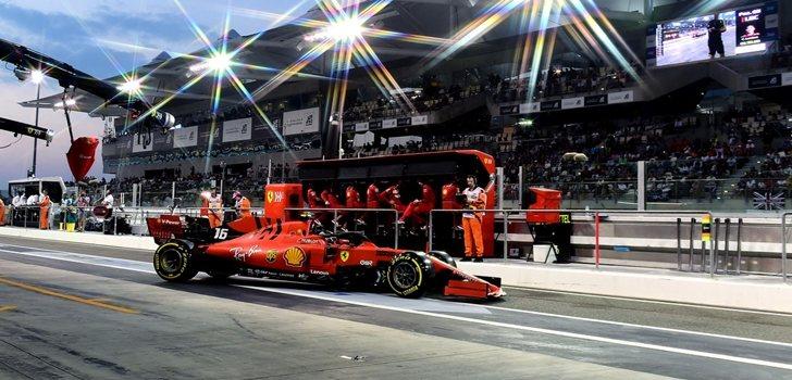 Leclerc, en el pit lane de Yas Marina