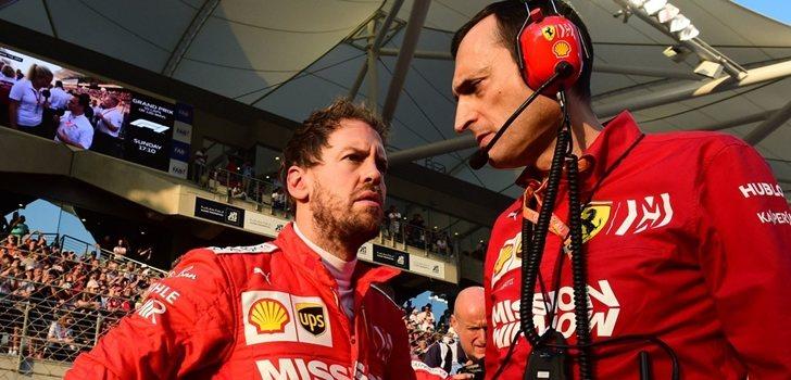 Vettel habla con uno de sus ingenieros antes del GP de Abu Dabi