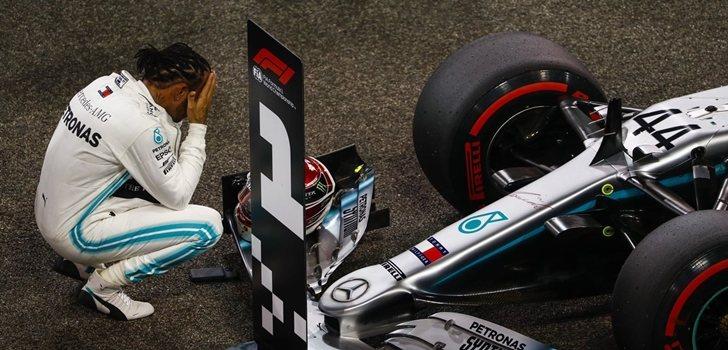 Hamilton, junto al W10 tras vencer en Abu Dabi