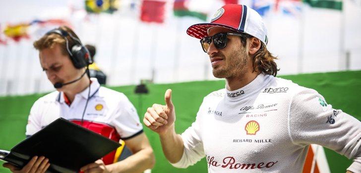 Giovinazzi, junto a su ingeniero antes del GP de Abu Dabi