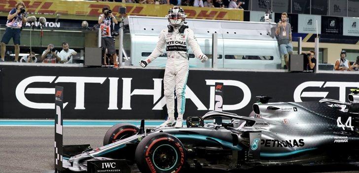 Lewis Hamilton, subido en el W10
