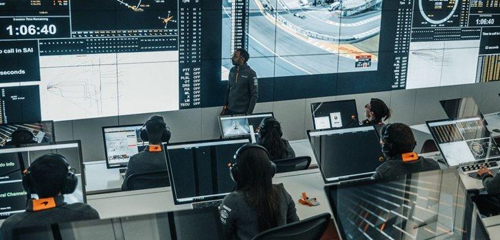 El equipo McLaren trabaja en sus oficinas