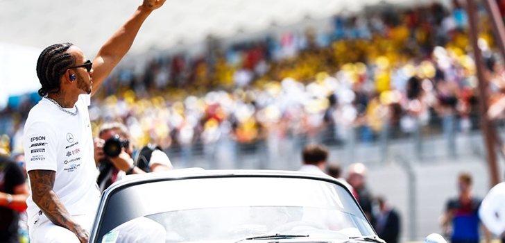 Lewis Hamilton saluda a la afición