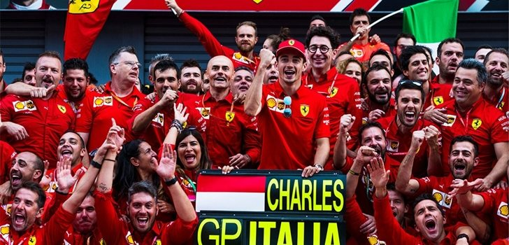 El equipo Ferrari celebra su triunfo en Italia