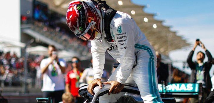 Lewis Hamilton se sube al W10