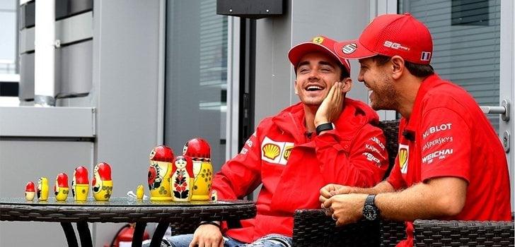 Vettel y Leclerc bromean antes de subirse al monoplaza